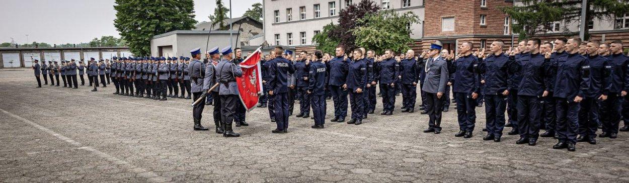 Policjanci na placu apelowym.