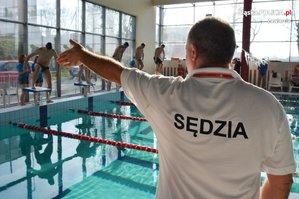 sędzia podczas zawodów w pływaniu