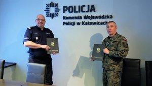 Nadinsp. dr Krzysztof Justyński i płk Tomasz Białas pozują do pamiątkowego zdjęcia po podpisaniu porozumienia.