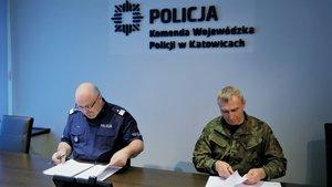 Nadinsp. dr Krzysztof Justyński i płk Tomasz Białas podpisują porozumienie.