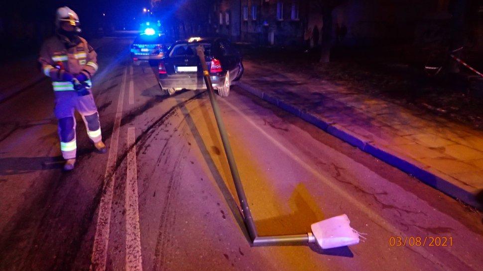 Rybnik, ulica Patriotów. Pijany kierowca opla uderzył w latarnię.
